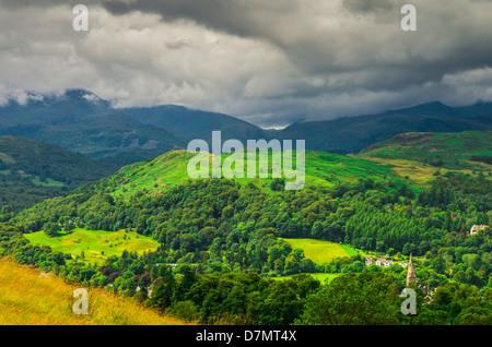 Loughrigg a diminué vu du versant ouest de Wansfell sur Ambleside dans le Lake District, Cumbria, Angleterre. Banque D'Images