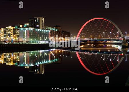 Le Clyde Arc reflète dans la rivière Clyde, Glasgow, Écosse, Royaume-Uni