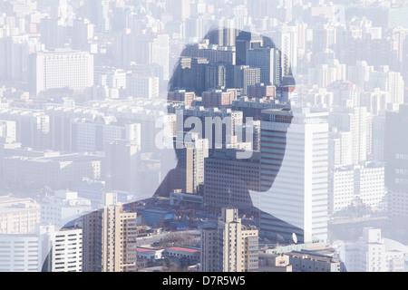 Double exposition de l'homme sur la ville, vue arrière Banque D'Images
