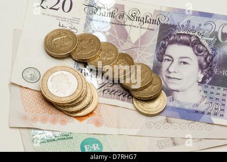 UK des pièces et des billets comptés Banque D'Images