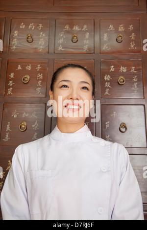 Portrait du docteur en face de la médecine traditionnelle chinoise Cabinet Banque D'Images