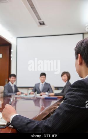 Lors d'une réunion d'affaires dans une salle de conférence Banque D'Images
