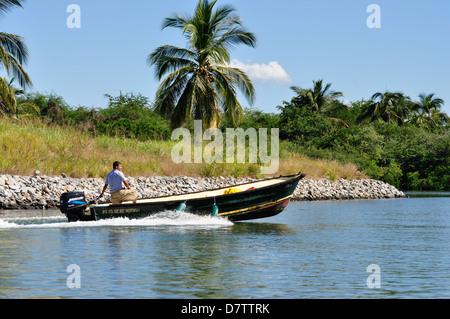 Homme conduisant un bateau de pêche dans la région de Puerto Vallarta, Mexique