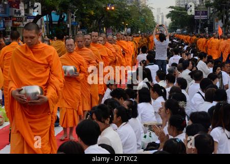 2555 moines se rassemblent dans Soi 55, Sukhumvit Road pour marquer la fin de l'année bouddhiste 2555, Bangkok, Banque D'Images