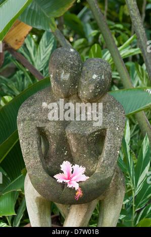 Statue au milieu des palmiers de Dunk Island Resort, Grande Barrière de Corail, Mission Beach, Queensland, Australie Banque D'Images