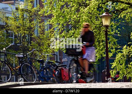 Cycliste sur Pont sur canal, Amsterdam, Pays-Bas Banque D'Images
