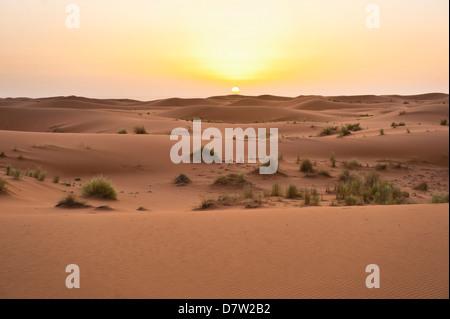 Erg Chebbi dunes au lever du soleil, désert du Sahara, près de Merzouga, Maroc, Afrique du Nord Banque D'Images
