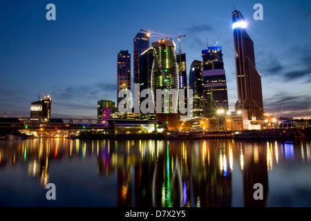 Vue de la nuit de gratte-ciel du centre d'affaires à Moscou Banque D'Images