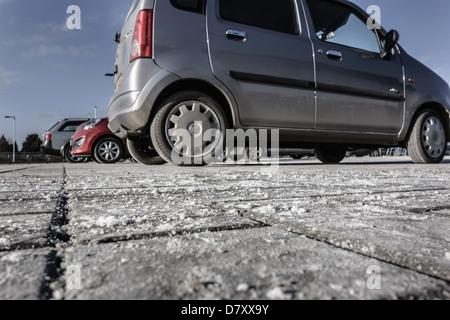 Sel de roche sur un parking de supermarché en Ecosse, en hiver, pour lutter contre la neige et la glace - la corrosion Banque D'Images