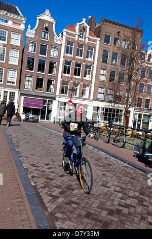 Cycliste sur pont sur le canal Prinsengracht Grachtengordel-ouest, Jordaan, le centre d'Amsterdam, Pays-Bas Banque D'Images