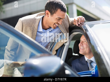Businessmen talking in car Banque D'Images