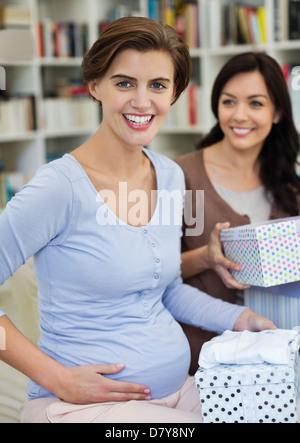 Femme enceinte ayant douche de bébé Banque D'Images