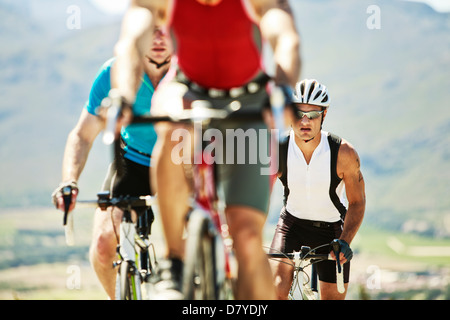 Les cyclistes en course in rural landscape Banque D'Images