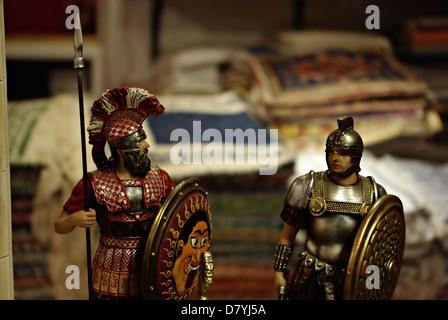 Étagère de magasin d'antiquités avec metal chevalier des croisades médiévales des soldats. Banque D'Images