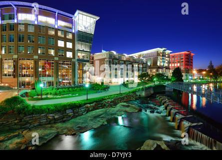 Greenville, Caroline du Sud à Falls Park dans le centre-ville de nuit. Banque D'Images