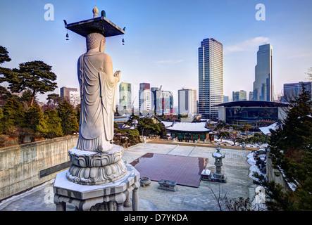 Toits de centre-ville de Séoul, en Corée du Sud, du temple de bongeunsa Banque D'Images