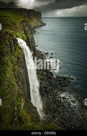 Plus de littoral rural cascade, Oban, île de Skye, Écosse Banque D'Images