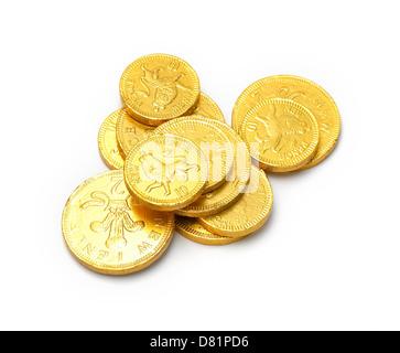 Pile de pièces d'or au chocolat couper sur un fond blanc Banque D'Images