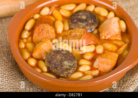 Fabada Asturiana - ragoût de haricots au chorizo espagnol, jambon et boudin. Banque D'Images
