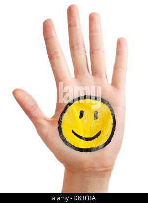 Ouvrir la main avec un sourire heureux icône smiley peint sur elle isolé sur fond blanc Banque D'Images