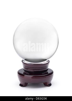 Boule de cristal Scrying isolé sur fond blanc avec clipping path Banque D'Images