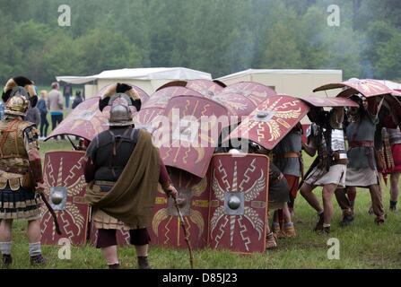 des soldats romains en formation avec des boucliers et des armes une reconstitution de l 39 arm e. Black Bedroom Furniture Sets. Home Design Ideas