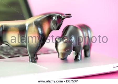 Close-up de statues de Bull et porter sur un ordinateur portable Banque D'Images