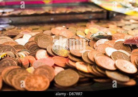 L'argent - des piles de 2p pièces dans une salle de jeux électroniques penny falls jeu, UK Banque D'Images