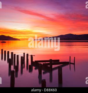 Magnifique coucher de soleil avec des couleurs rouge, jaune et orange, sur la baie de gouverneurs, de Canterbury Banque D'Images
