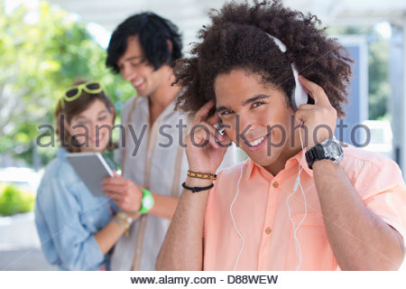 Portrait of smiling young man wearing headphones Banque D'Images