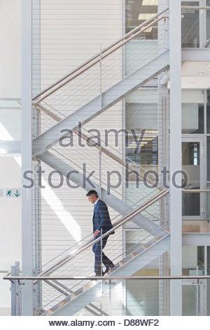 Businessman en ordre décroissant stairs in office Banque D'Images