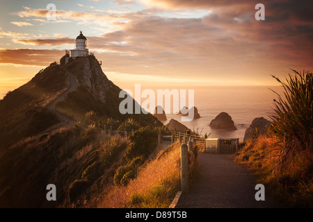 Lever du soleil à Nugget Point, Otago, Nouvelle-Zélande - moody lever du soleil au phare à Nugget Point, dans la Banque D'Images