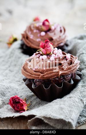 Muffins au chocolat maison fraîche avec décorations rose Banque D'Images