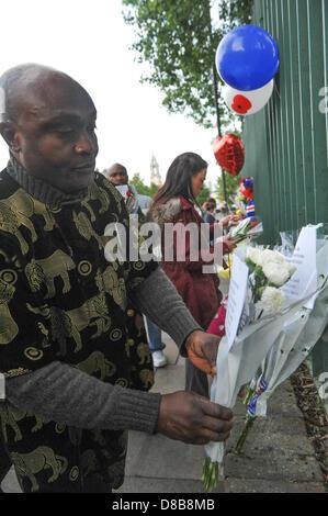 Woolwich, Londres, Royaume-Uni. 23 mai 2013. Un groupe de Nigérians de Shepherds Circulation laisser fleurs sur les grilles sur les lieux du crime à Woolwich. Les fleurs sont laissés par les bienfaiteurs le long des rampes près de l'endroit où le batteur Lee Rigby du 2e Bataillon du Régiment royal de fusiliers a été tué hier à l'extérieur des casernes de Woolwich. Crédit: Matthieu Chattle/Alamy Live News