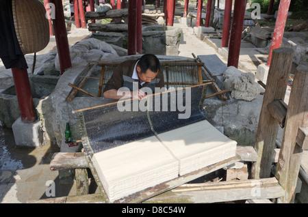 La fabrication du papier traditionnel dans Xiaotunxiang, Guizhou Banque D'Images