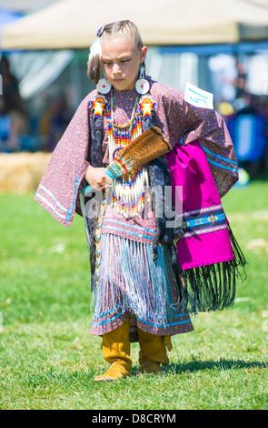 Une fille indienne indigène non identifié prend part à la Mariposa 20e Pow-wow annuel en Californie Banque D'Images
