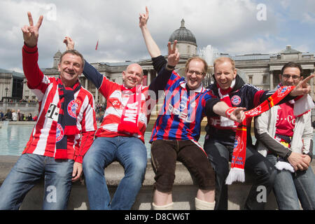 Londres, Royaume-Uni. 25 mai 2013. Bayern Fans à Trafalgar Square. Fans de Borussia Dortmund et le Bayern Munich célébrer avant la finale de la Ligue des champions dans le centre de Londres