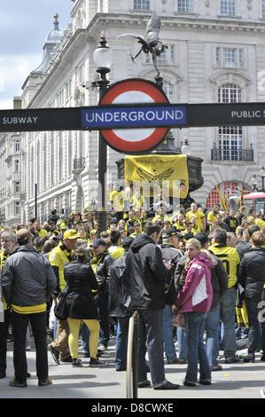 Londres, Royaume-Uni, 25 mai 2013. Relations sérieuses in avant-match Borussia Dortmund en tant que fans savourer une bière ou deux avant que leur équipe joue le Bayern de Munich à Wembley pour le Champion tous Allemagne finale de Coupe de Ligue.