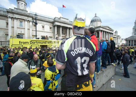 Londres, Royaume-Uni. 25 mai 2013. Des milliers de fans de football Borussia Dortmund prendre sur Trafalgar square avant la finale de la Ligue des Champions contre le Bayern Munich à Wembley. Credit: Amer Ghazzal /Alamy Live News