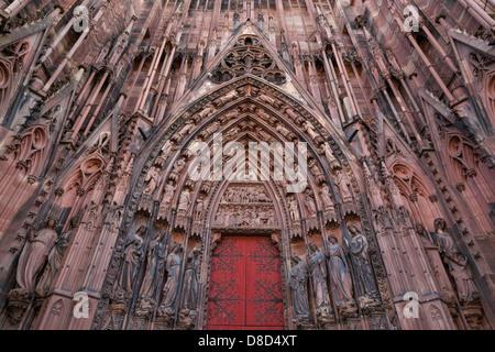 Sculptures entourant la porte de Notre Dame à Strasbourg,Alsace,France Banque D'Images