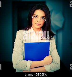 Belle jeune businesswoman in office holding un dossier Banque D'Images