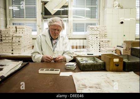 Berlin, Allemagne, les employés d'Erich Hamann usine Schokoladenplaettchen chocolat emballés Banque D'Images