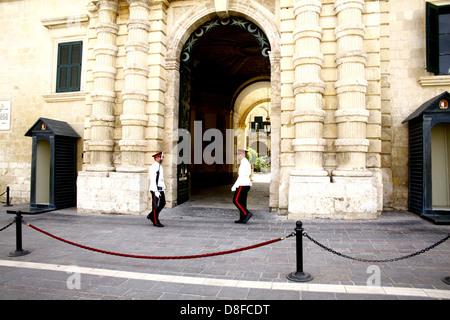 Des gardes armés à l'extérieur de l'entrée au Grand Maître's palace et armoirie à La Valette, Malte. Banque D'Images