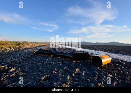 Rouleau de film abandonnés le long du côté de l'autoroute dans la région du Grand Bassin de l'Utah. Banque D'Images