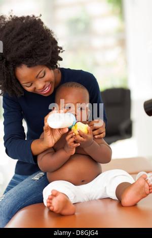 Mère de l'Afrique de nourrir son fils dans le bureau de médecins Banque D'Images
