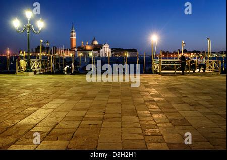 Gondoliers à Venise le front de mer et la nuit, Venise, Italie.