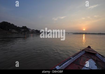 Hydropanorama de la rivière au crépuscule, près de Varanasi, Uttar Pradesh, Inde Banque D'Images