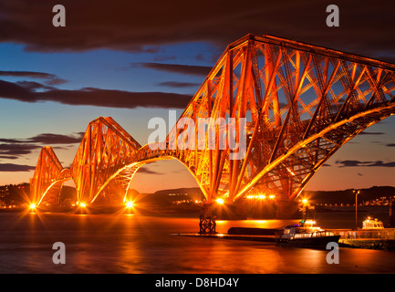 Forth train Bridge illuminé la nuit South Queensferry Edinburgh Midlothian Ecosse Royaume-Uni GB Europe Banque D'Images