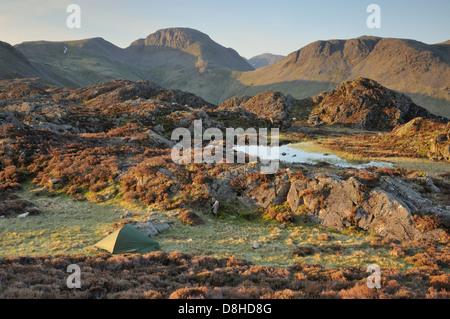 Camping sauvage à côté du Tarn innommé sur le sommet du foin dans le Lake District