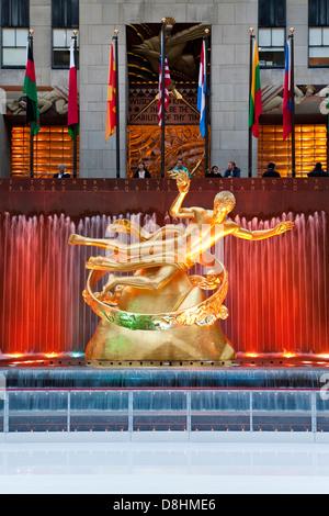 USA, New York, Manhattan, patinoire en dessous du bâtiment du Rockefeller Center sur la 5ème Avenue Banque D'Images
